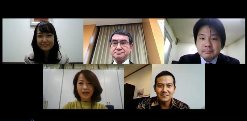 オンラインインタビューには東京や海外、地方の記者も参加した=16日