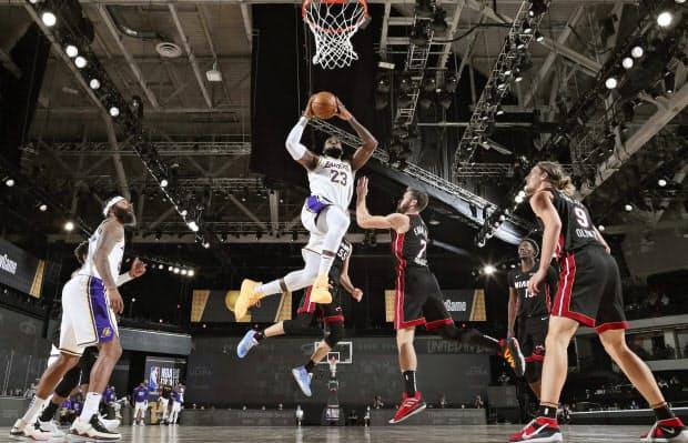 NBAファイナルのヒート戦でダンクシュートを狙うジェームズ(中央)=NBA提供・ゲッティ共同