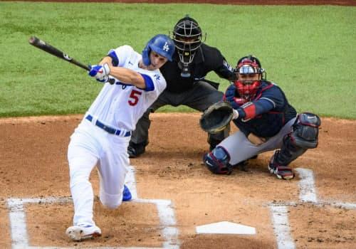 ブレーブス戦の1回、先制本塁打を放つドジャースのシーガー(17日、アーリントン)=USA TODAY
