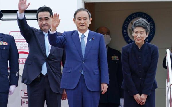 就任後初の外国訪問で、ベトナムに出発する菅首相。右は真理子夫人(18日、羽田空港)