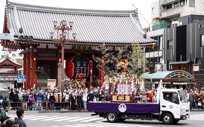 コロナ下の「三社祭」 みこしは車で運搬