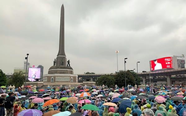 反体制集会が開かれたバンコクの戦勝記念塔(18日、バンコク)