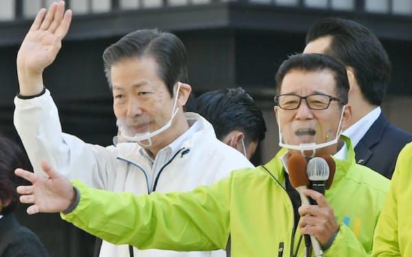 都構想の賛成を訴える公明党の山口代表(左)と大阪維新の会代表の松井大阪市長(18日、大阪市)