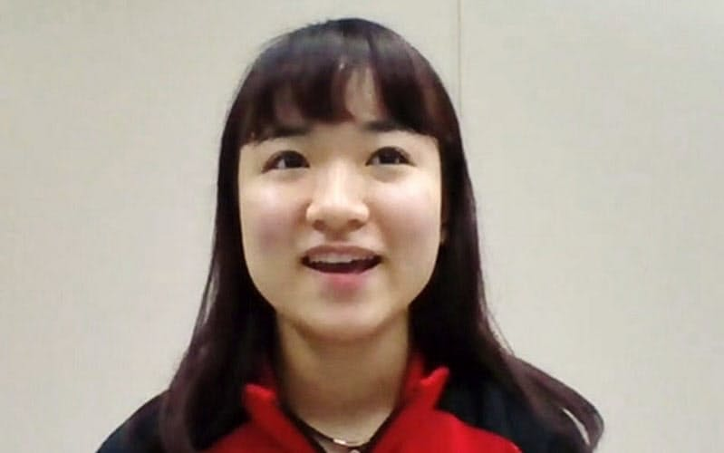 オンラインで取材に応じる卓球女子の伊藤美誠=共同