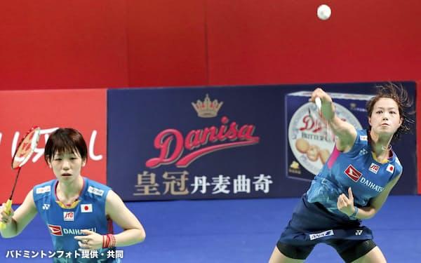 女子ダブルスで優勝した福島(右)、広田組(18日、オーデンセ)=バドミントンフォト提供・共同