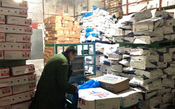張さんの1日は冷凍倉庫に保存した製品の取り出しから始まる(江蘇省蘇州市)