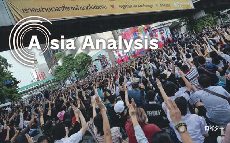 政府の集会禁止令を無視して、学生を主体とする反体制デモ隊はバンコク都心部に集結した(15日夕、ラチャプラソン地区)=ロイター