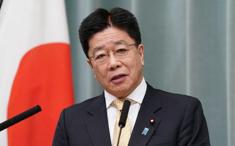 記者会見する加藤官房長官(19日、首相官邸)