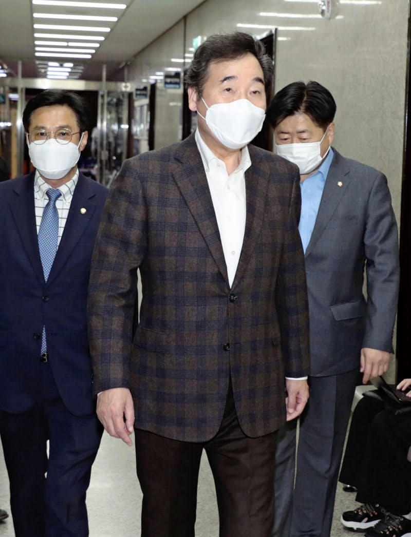 日韓議連の河村建夫幹事長との会談に向かう韓国与党代表の李洛淵前首相=聯合・共同