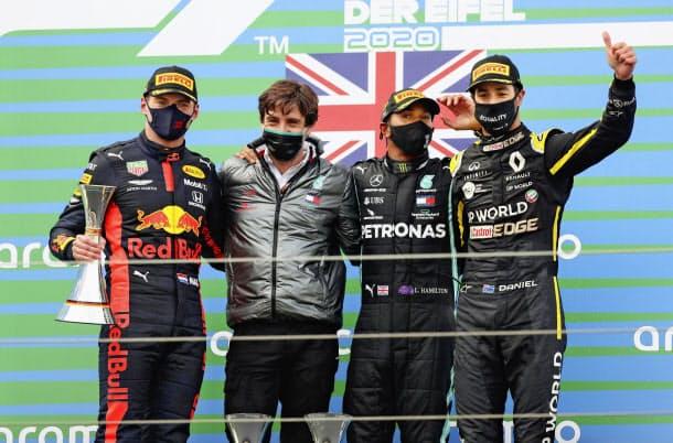 アイフェルGPで優勝し、表彰台で喜ぶメルセデスのハミルトン(右から2人目)、2位のレッドブル・ホンダのフェルスタッペン(左端)ら=ロイター