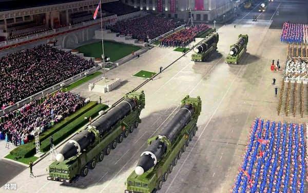 10日未明に平壌で行われた軍事パレードに登場したICBM「火星15」。10日付の北朝鮮の労働新聞が掲載した(コリアメディア提供)=共同