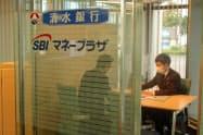 「SBIマネープラザ浜松」(浜松市)には1日平均1~2人の来客がある