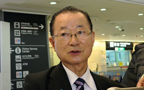 記者団の質問に答える日韓議員連盟の河村建夫幹事長(19日、成田空港)