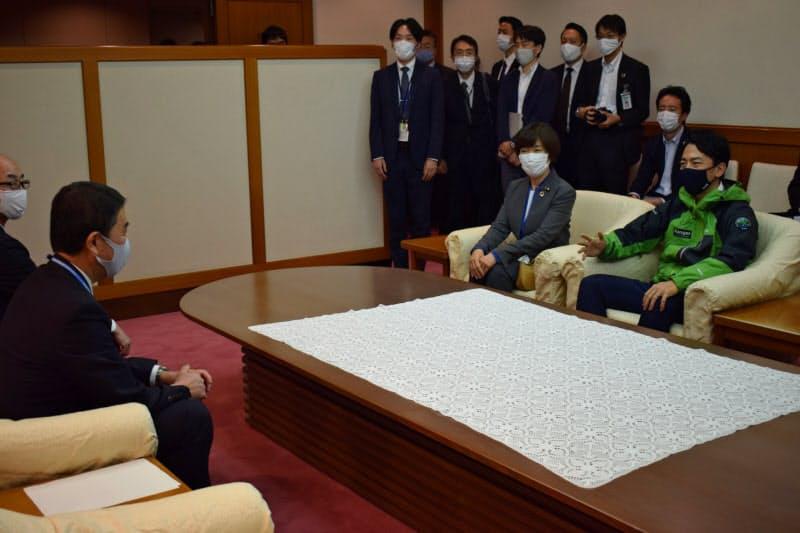 宮城県の村井知事(左から2人目)は小泉原子力防災担当相(右)と会談した(19日、県庁)