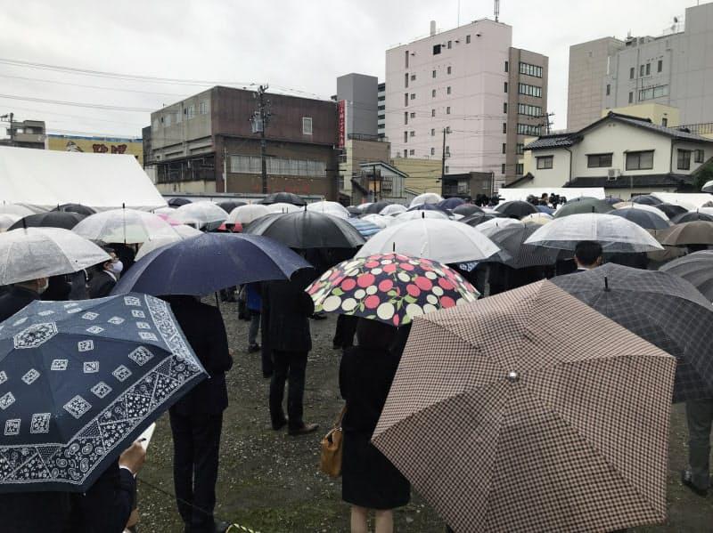 県知事候補の演説会には多くの県民が集まった