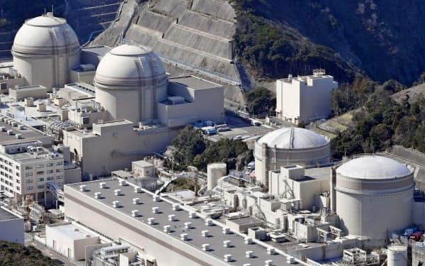 関電は大飯原発3号機(左から2番目)配管を交換するため検査が長引く(福井県おおい町)