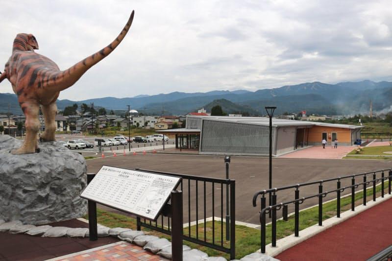 県立恐竜博物館に近く、立ち寄る人も多い(福井県勝山市の「恐竜渓谷かつやま」)