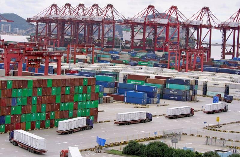中国の輸出は医療用品、ノートパソコンなどを中心に好調(上海のコンテナ港)=ロイター