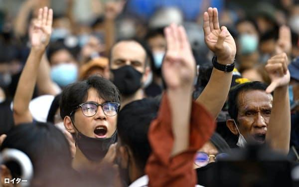タイの反体制デモでは、独裁国家への抵抗を描いた映画「ハンガーゲーム」に登場する3本指のポーズが抗議のシンボルになっている=ロイター