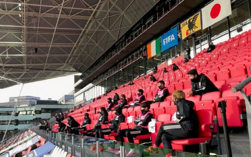 試合中の控え選手は観客席で身体的距離を維持した(C)JFA/PR
