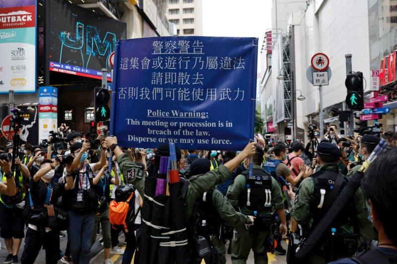 香港国家安全法への懸念は根強い(抗議活動を取り締まる香港警察)=ロイター