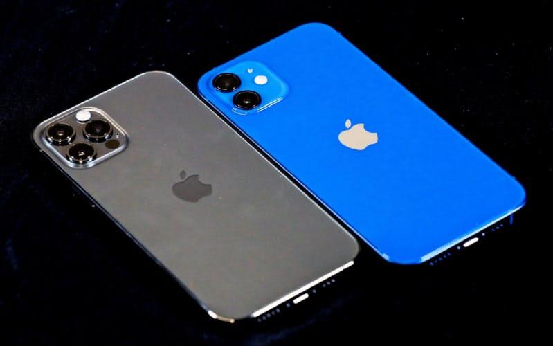 iPhone 12 Pro(左)とiPhone 12(右)