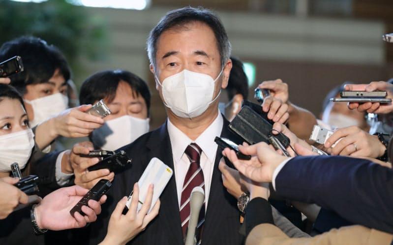 菅首相と会談後、報道陣の質問に答える日本学術会議の梶田隆章会長(16日、首相官邸)