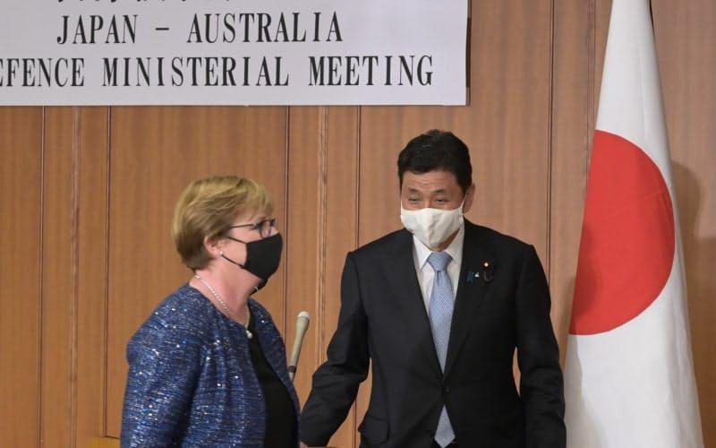 共同記者発表を終え退出する岸信夫防衛相(右)とオーストラリアのレイノルズ国防相(19日、防衛省)