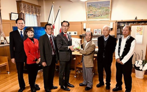 大野元裕知事(左から4人目)に台風被害からの復旧状況を報告する生産者ら(19日、埼玉県庁)