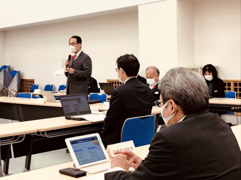 埼玉県の新型コロナウイルス対策本部会議で発言する大野元裕知事(19日、埼玉県庁)