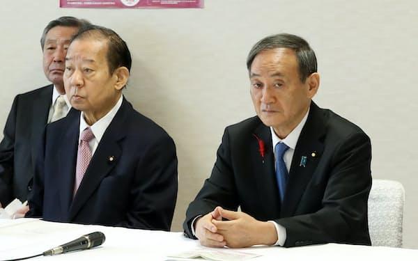 自民党役員会に臨む菅首相と二階幹事長(6日、党本部)