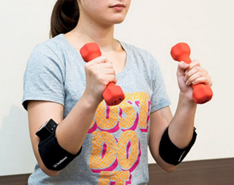 測定装置は腕や足に取り付けて使い、1度に5カ所の筋肉を同時に測定できる