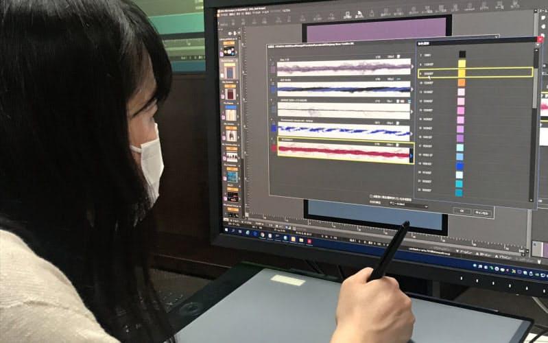 島精機のシステムに糸のデジタルデータをダウンロードし、衣服をデザインできる(和歌山市の島精機本社)