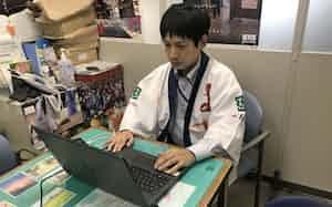 オンラインで移住相談に応じる松山市の担当者(松山市内)