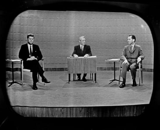 大統領選で初のテレビ討論会を開催し、議論を交わすケネディ氏(左)とニクソン氏(右)=1960年・AP