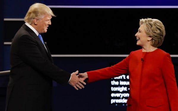 討論会で握手を交わす共和党のトランプ氏(左)と民主党のヒラリー氏(2016年)=AP