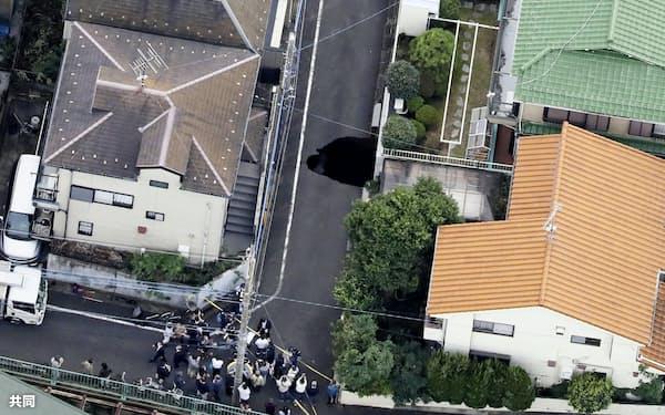 市道の一部が陥没した現場(18日午後2時41分、東京都調布市)=共同