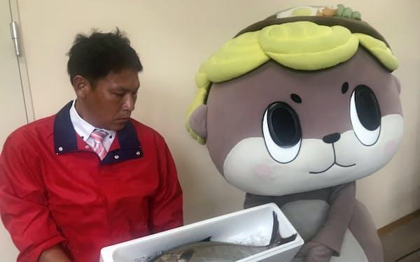「須崎勘八」を応援する須崎のマスコットの「しんじょう君」
