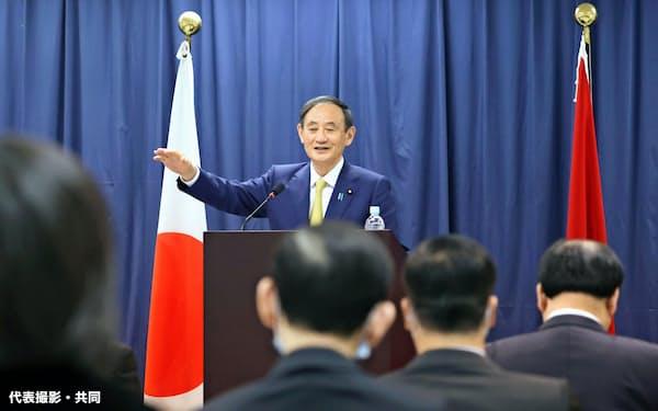 日越大学で政策スピーチをする菅首相(19日、ハノイ)=代表撮影・共同