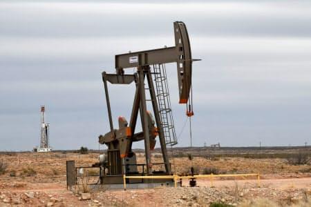米メジャーによるシェール企業の買収が加速している(米南部パーミアン鉱区の採掘現場)=ロイター