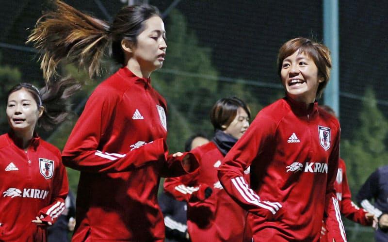 「なでしこジャパン」の強化合宿が始まり、笑顔で調整する岩渕(右、福島県のJヴィレッジ)=共同
