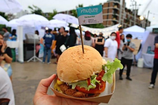 マレーシアのフューチャー・フーズの植物肉を使ったハンバーガー(17日、バンコク)