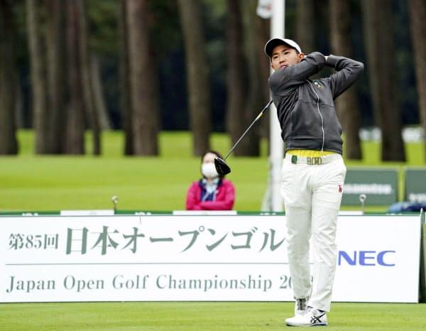 プロデビュー戦となった日本オープンの第1日、1番でティーショットを放つ金谷=共同
