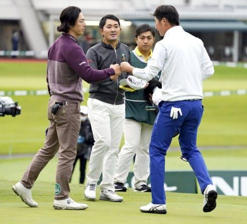 日本オープンの第1日、ホールアウトしタッチを交わす(左から)石川遼、金谷、(1人おいて)星野陸也=共同