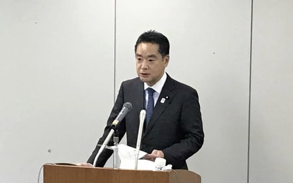 記者会見する井上万博担当相(20日、東京都千代田区)