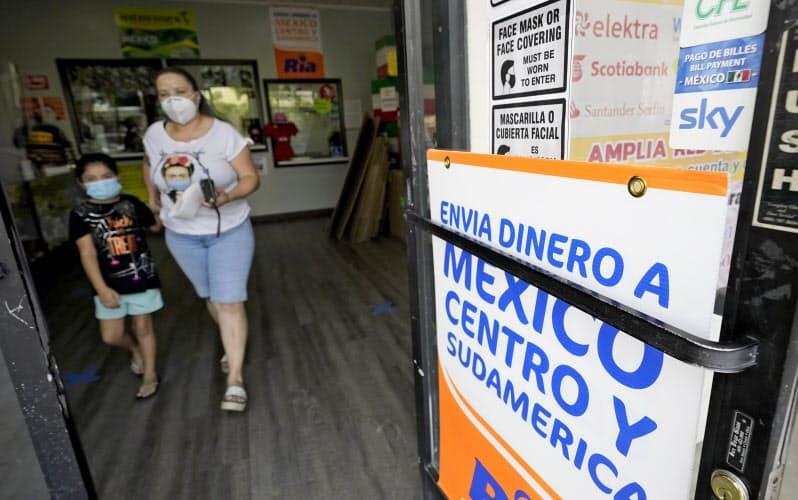 移民労働者による本国への送金の大幅減少が見込まれる(9月、メキシコなどへの送金を扱う米サンディエゴの店舗)=AP