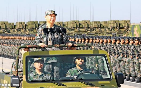 閲兵に臨む軍服の習近平主席(2017年、内モンゴル自治区で)=新華社・共同