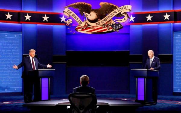 1回目のテレビ討論会に臨むトランプ氏(左)とバイデン氏(9月)=ロイター