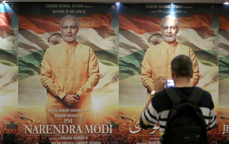 モディ首相の生い立ちを描いた映画「首相ナレンドラ・モディ」のポスター。BJP政権はボリウッドのソフトパワーの有効活用を狙っている=ロイター
