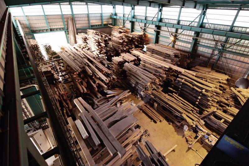 古民家などから取り出した柱や梁などをストックしている(長野県大町市)